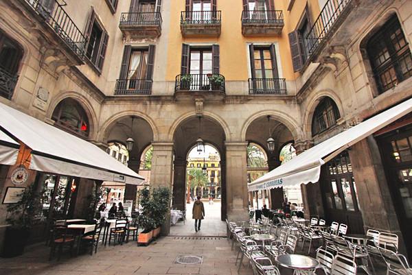 Spain-Barcelona-Gothic-Quarter-Plaza-Reial-M